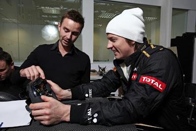 Кими Райкконен с инженером разбирается в руле Lotus в Энстоуне 27 января 2011