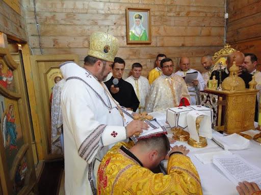Благодать Святого Духа изливается возложением рук апостольских