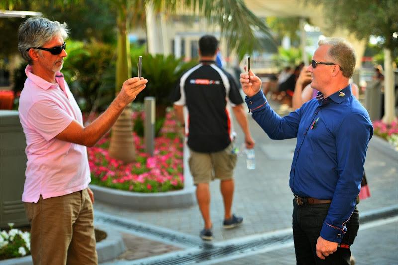 Деймон Хилл и Джонни Херберт фотографируют друг-друга на телефон на Гран-при Абу-Даби 2013