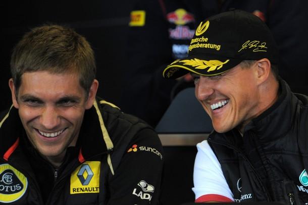Виталий Петров и Михаэль Шумахер смеются на пресс-конференции Гран-при Бельгии 2011 в четверг
