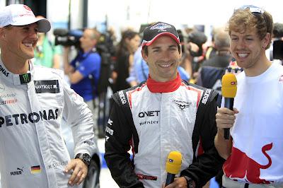 улыбающиеся Михаэль Шумахер Тимо Глок Себастьян Феттель дают интервью немецкому RTL на Гран-при Австралии 2012