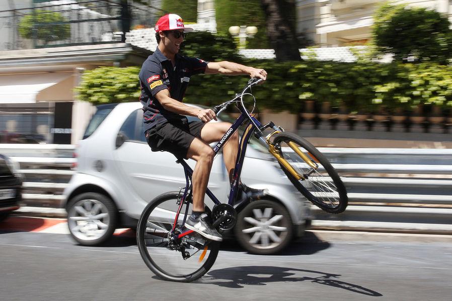Даниэль Риккардо на заднем колесе велосипеда на Гран-при Монако 2013