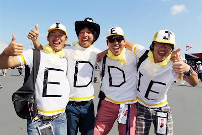 болельщики Эдди Джордана в футболках с буквами на Гран-при Японии 2012