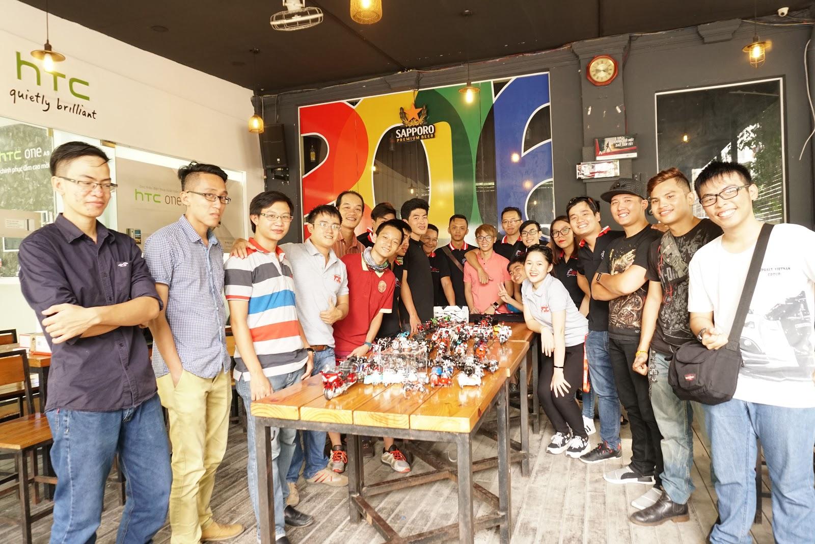 Thành viên CLB Mô hình tĩnh Việt Nam chụp ảnh kỷ niệm - Ngày 12/6/2016 tại UHouse Cafe