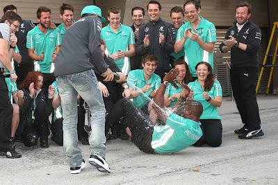 Льюис Хэмилтон обливает механика шампанским на Гран-при Китая 2014