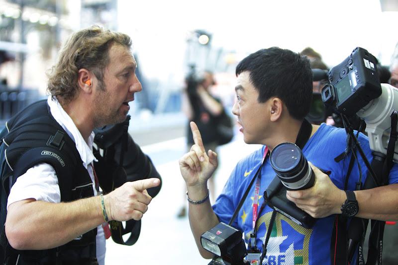 потасовка двух фотографов на пит-лейне во время первой сессии свободных заездов на Гран-при Сингапура 2011