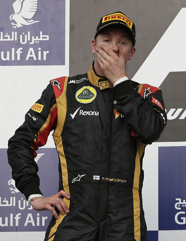 Кими Райкконен фэйспалмит на подиуме Гран-при Бахрейна 2013