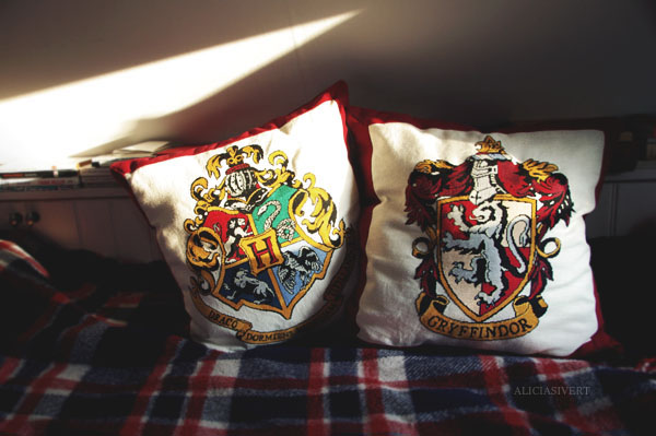 daring, nerve, and chivalry, harry potter, gryffindor, hogwarts crest, hufflepuff, slytherin, ravenclaw, embroidery, cross-stitch, pattern by little_mojo, aliciasivert, alicia sivertsson, lion, embroidery, handicraft, handcraft, create, needle, yarn, sew, sewing, stitch, needlework, korsstygn, korsstygnsbroderi, broderi, handarbete, pyssel, monthly makers maj magi magic