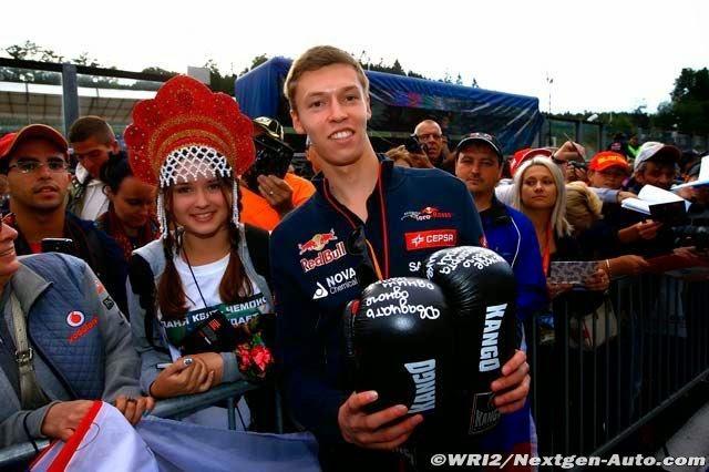 Даниил Квят фотографируется с девочкой в кокошнике на Гран-при Бельгии 2014