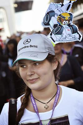 болельщица Льюиса Хэмилтона с фигуркой MiniDrivers на Гран-при Абу-Даби 2013