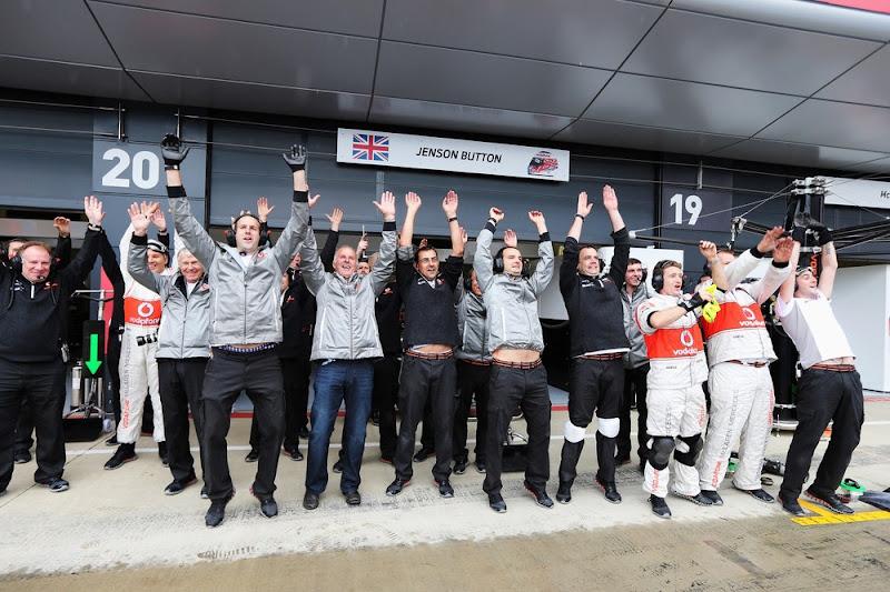 механики McLaren пускают волну во время дождевой квалификации на Гран-при Великобритании 2012