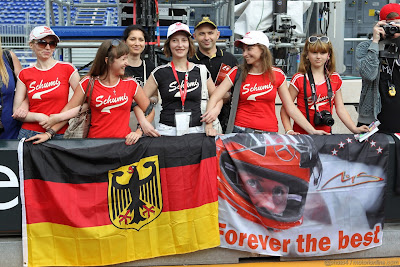 болельщики Михаэля Шумахера в футболках и с баннерами на Гран-при Монако 2012