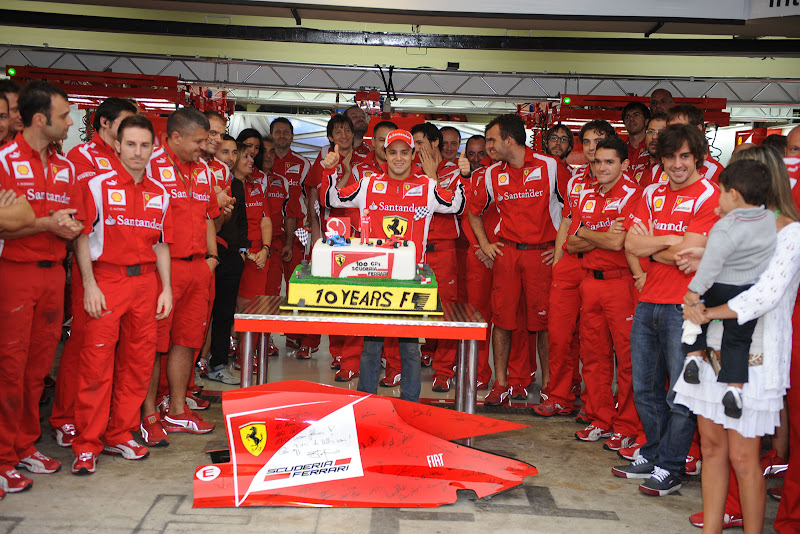команда Ferrari поздравляет Фелипе Массу с юбилеем на Гран-при Бразилии 2011
