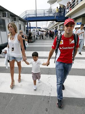 Рафаэла Масса Фелипиньо Масса Фелипе Масса идут по паддоку Интерлагоса на Гран-при Бразилии 2012