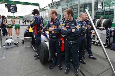 механики Red Bull охраняют свой болид от посторонних глаз на стартовой решетке Гран-при Австралии 2013