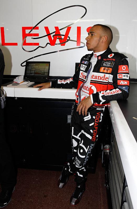 Льюис Хэмилтон в комбинезоне Hugo Boss специально для Гран-при Монако 2011