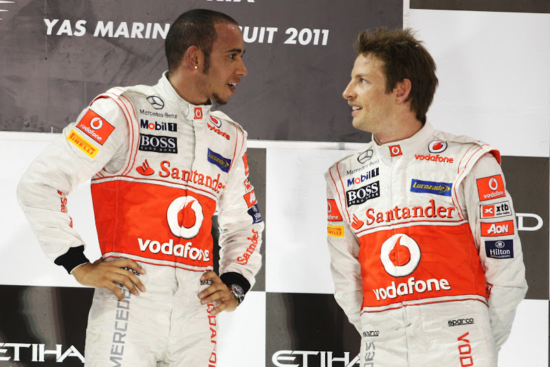 Льюис Хэмилтон и Дженсон Баттон на подиуме Гран-при Абу-Даби 2011
