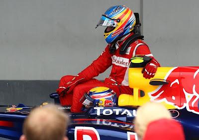 Марк Уэббер привозит Фернандо Алонсо на пит-лейн после финиша гонки Гран-при Германии 2011 на трассе Нюрбургринг
