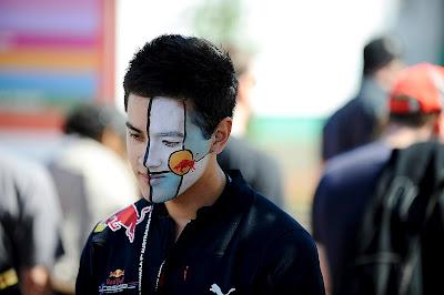 болельщик Red Bull с фэйс-артом на Гран-при Австралии 2012