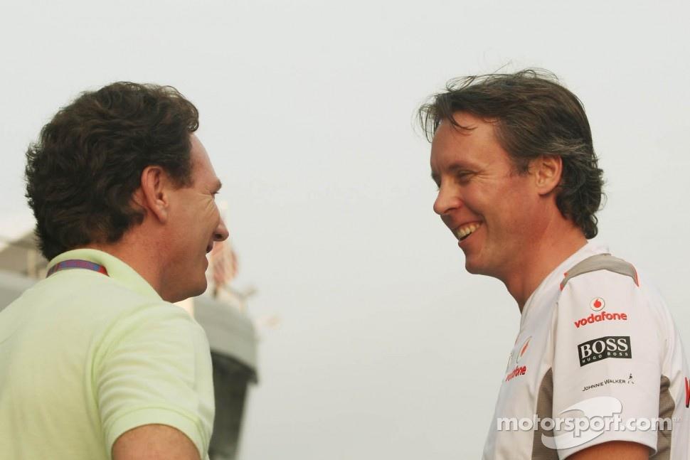 улыбающиеся Кристиан Хорнер и Сэм Майкл на Гран-при Малайзии 2012