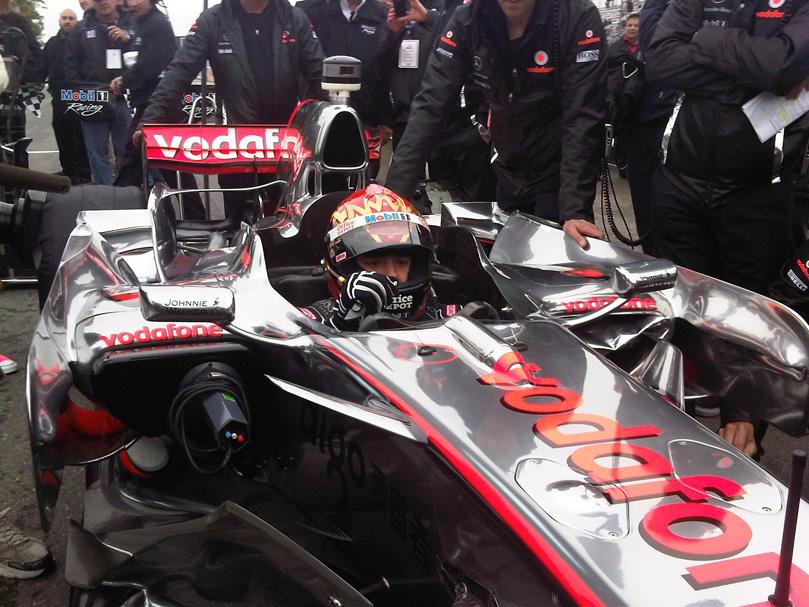 Тони Стюарта в болиде McLaren MP4-23 в Уоткинс-Глене на Mobil 1 Car Swap 2011