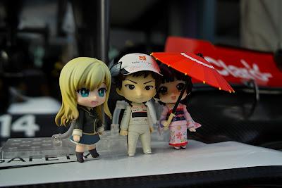 анимешные фигурки Камуи Кобаяши и девушек на Гран-при Австралии 2012