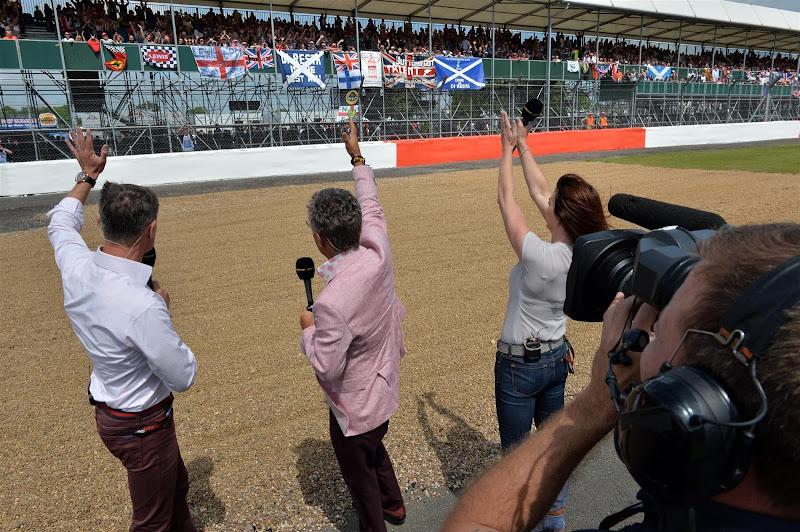 Эдди Джордан, Дэвид Култхард и Сьюзи Перри приветствуют болельщиков на трибунах Сильверстоуна на Гран-при Великобритании 2013