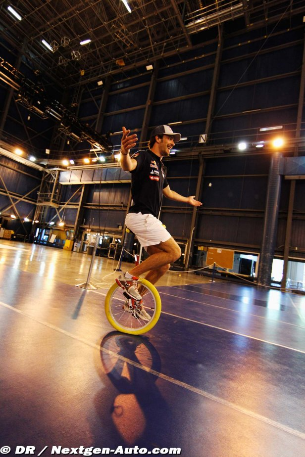 Жан-Эрик Вернь катается на одноколесном велосипеде в Монреале перед Гран-при Канады 2012