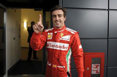 Фернандо Алонсо показывает палец после победы в квалификации Гран-при Великобритании 2012