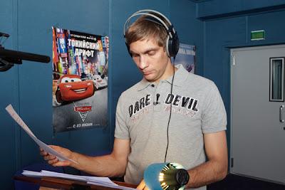 Виталий Петров в студии озвучивает персонажа анимационного фильма Тачки 2
