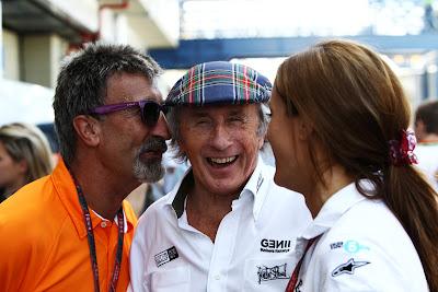 Эдди Джордан шепчет что-то Джеки Стюарту на ухо на Гран-при Бразилии 2011