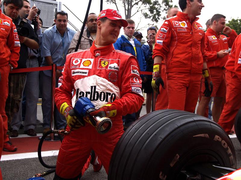 Михаэль Шумахер на замене переднего колеса во время тренеровки пит-стопа Ferrari на Гран-при Бразилии 2004