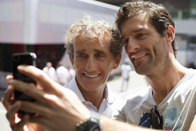 Алан Прост и Марк Уэббер глазеют в телефон на Гран-при Австрии 2014