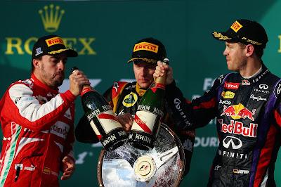 Фернандо Алонсо и Себастьян Феттель чокаются шампанским на подиуме Гран-при Австралии 2013