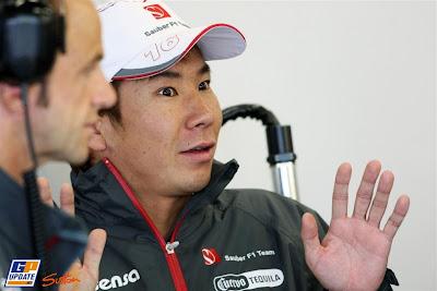 удивленный Камуи Кобаяши разводит руками на Гран-при Великобритании 2011