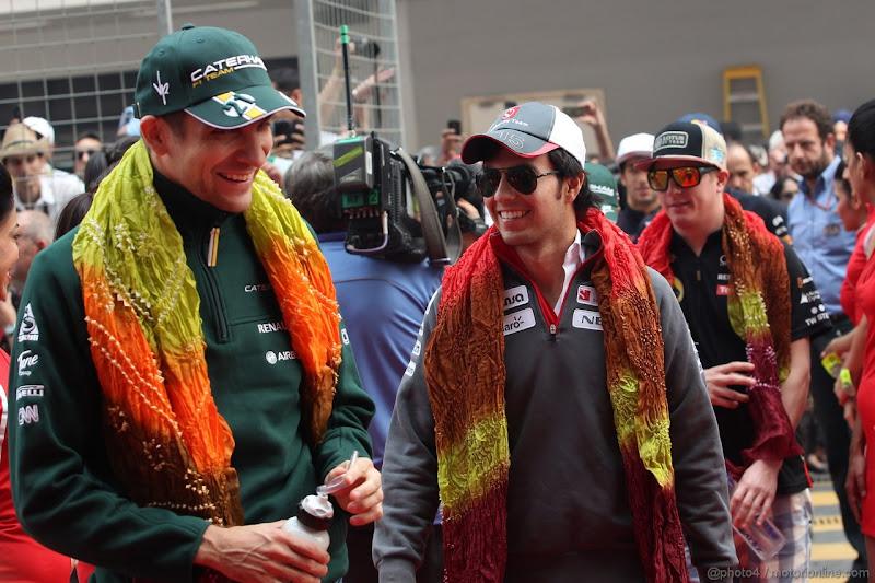 Виталий Петров и Серхио Перес в индийских шарфах на параде пилотов Гран-при Индии 2012