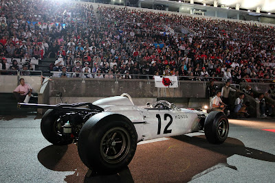 болид 60-х Honda на трассе Сузука на Гран-при Японии 2012