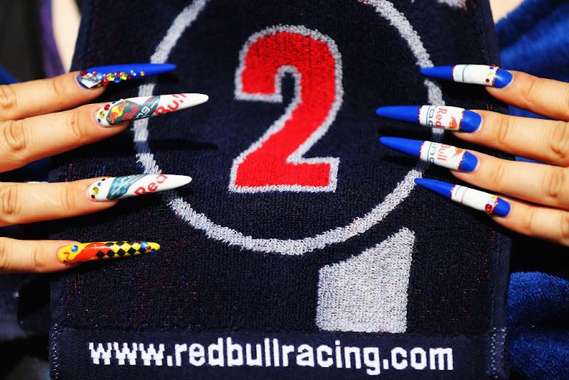 болельщица Марка Уэббера и Red Bull с разукрашенными ногтями на Гран-при Японии 2012