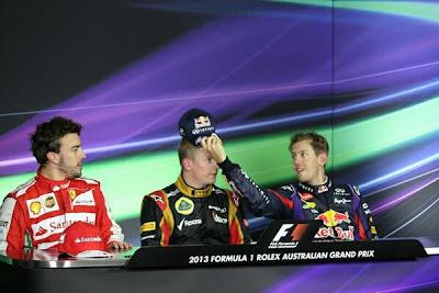 Себастьян Феттель одевает на Кими Райкконена кепку Red Bull на послегоночной пресс-конференции Гран-при Австралии 2013