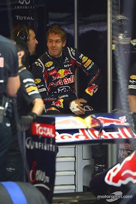 Себастьян Феттель слушает истории механика Red Bull на Гран-при Венгрии 2011
