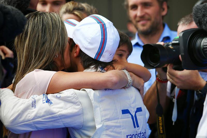 Фелипе Масса обнимается с женой и сыном после выигранного поула на Гран-при Австрии 2014