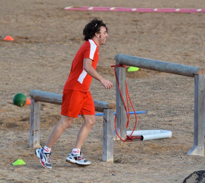 бегающий Фернандо Алонсо на тренировочной сессии Ferrari на испанском острове Лансароте 26 января 2012