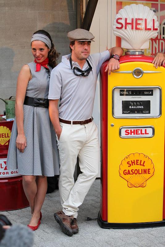 Фернандо Алонсо с девушкой на спонсорском мероприятии Shell в духе 50-ых перед Гран-при Бельгии 2013