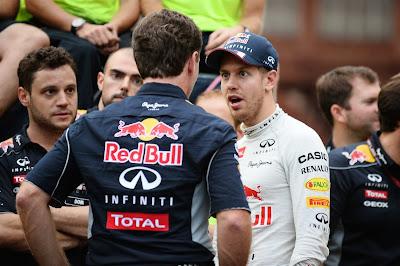 удивленный Себастьян Феттель и механики Red Bull на Гран-при Кореи 2013