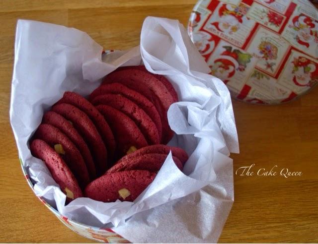 Galletas Red Velvet con chispas de chocolate blanco, ricas, son además un regalo perfecto para dar a tus familiares o amigos