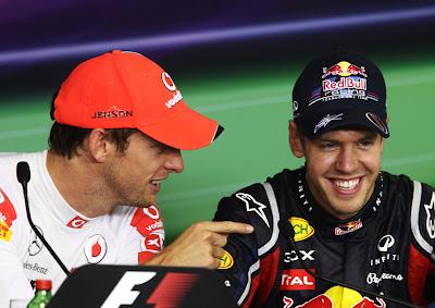 Дженсон Баттон подшучивает над  пальцем Себастьяна Феттеля на пресс-конференции после гонки на Гран-при Венгрии 2011