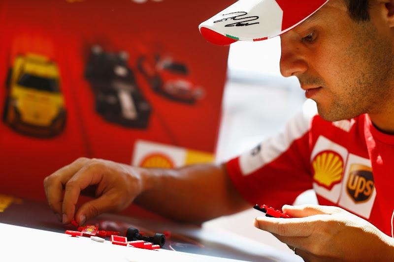 Фелипе Масса собирает лего Shell LEGO Challenge на Гран-при Венгрии 2013