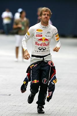 Себастьян Феттель бежит по паддоку Валенсии на Гран-при Европы 2011