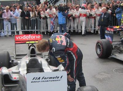 Себастьян Феттель заглядывает в McLaren на Гран-при Канады 2011