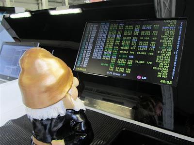 Гном Lotus смотрит протоколы на Гран-при Великобритании 2012